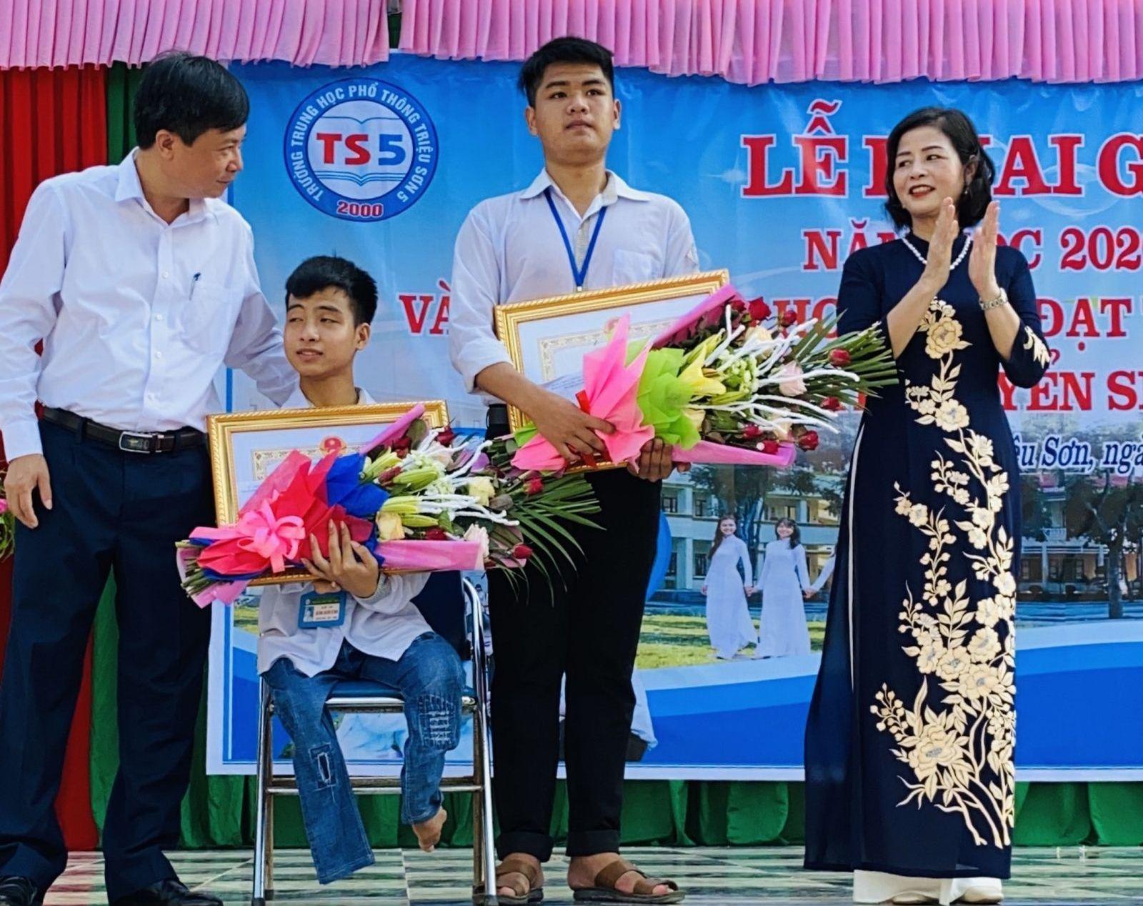 """Nam sinh 10 năm cõng bạn đến trường: """"Dù ĐH Y Hà Nội có đặc cách, em cũng xin từ chối"""" - Ảnh 2"""