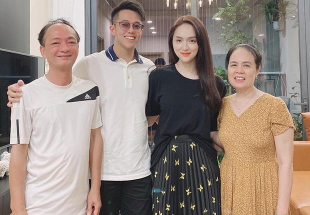 Matt Liu bị chê tặng quà kém tinh tế, mẹ Hoa hậu Hương Giang có hành động bất ngờ - Ảnh 1
