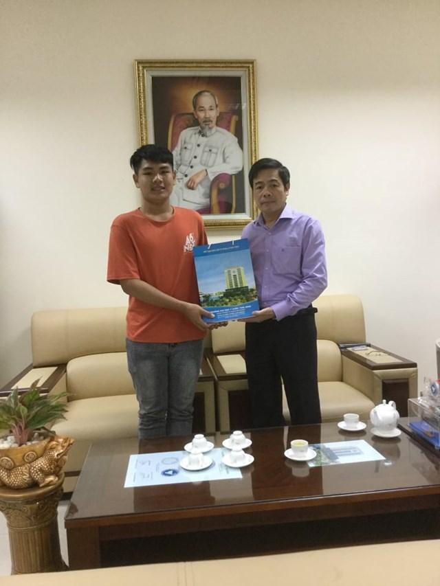 Nam sinh 10 năm cõng bạn đến trường được đích thân hiệu trưởng ĐH Y Dược Thái Bình đón khi nhập học - Ảnh 1