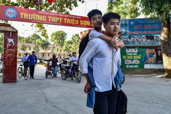 Nam sinh 10 năm cõng bạn đến trường được đích thân hiệu trưởng ĐH Y Dược Thái Bình đón khi nhập học - Ảnh 2