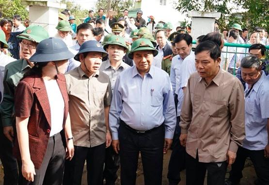 Thủ tướng thị sát, chỉ đạo khắc phục hậu quả bão lũ - Ảnh 2