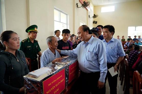 Thủ tướng thị sát, chỉ đạo khắc phục hậu quả bão lũ - Ảnh 8