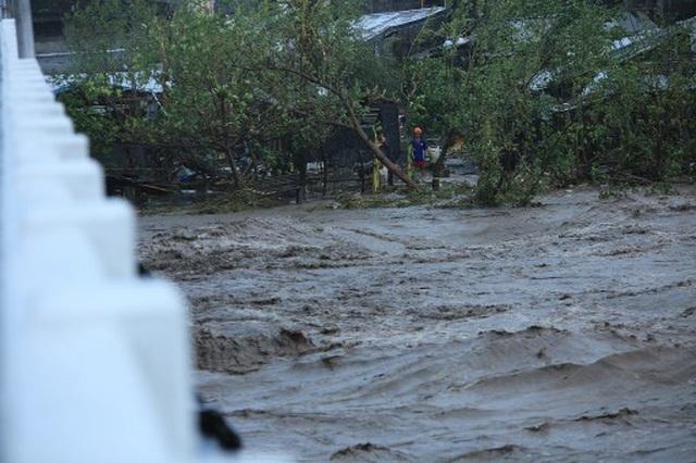Siêu bão Goni đổ bộ Philippines: Rùng mình vì cảnh vỡ đê, làng mạc bị nhấn chìm - Ảnh 1