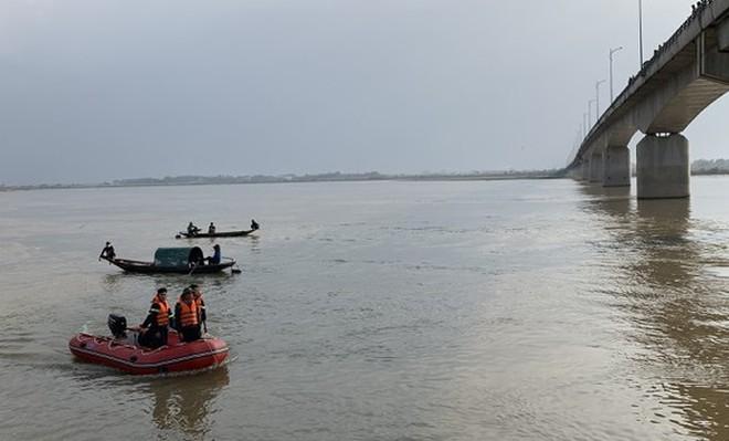 Tìm thấy thi thể nam thanh niên để lại ví và áo trên cầu, nhảy sông Lam tự tử - Ảnh 1