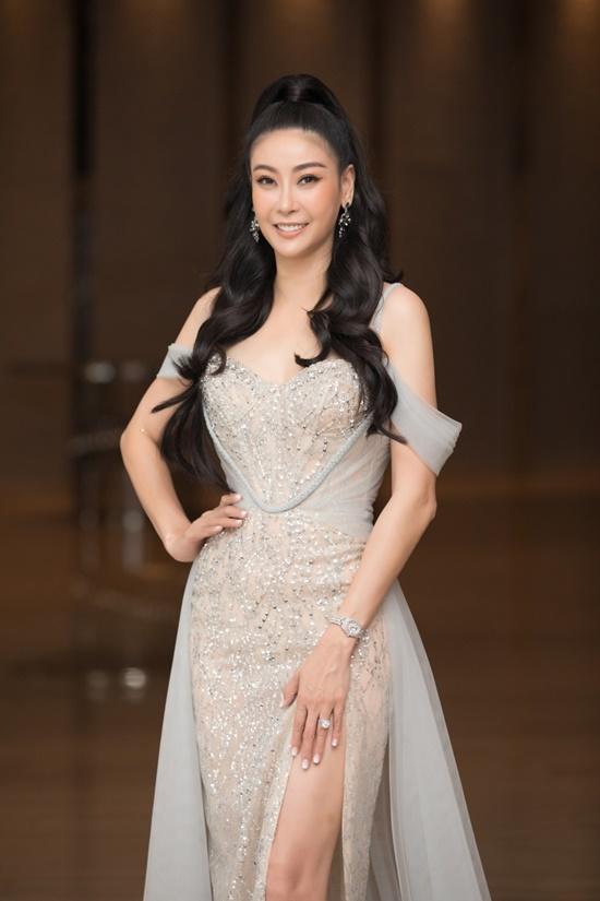 """Hoa hậu Tiểu Vy diện đầm xuyên thấu khoe nhan sắc đỉnh cao nhưng bị  """"soi"""" ra điểm """"kỳ lạ"""" này - Ảnh 8"""