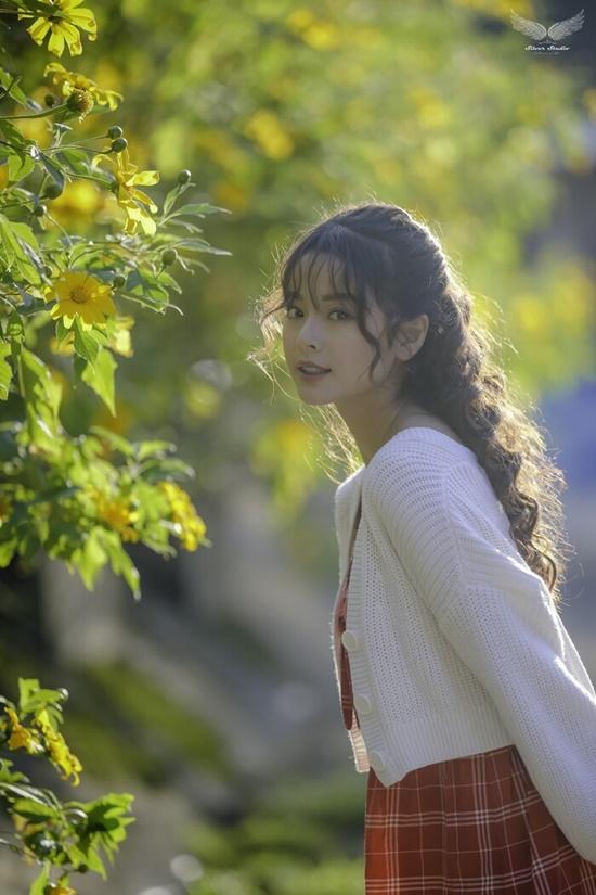 Nhan sắc ngọt ngào của nữ sinh học viện Tài chính giữa rừng hoa dã quỳ - Ảnh 1