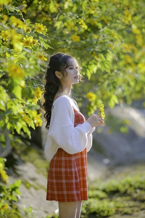 Nhan sắc ngọt ngào của nữ sinh học viện Tài chính giữa rừng hoa dã quỳ - Ảnh 6