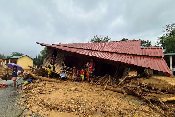 Trường học ngập trong bùn sau bão lũ, thầy cô vất vả dọn hơn nửa tháng - Ảnh 1