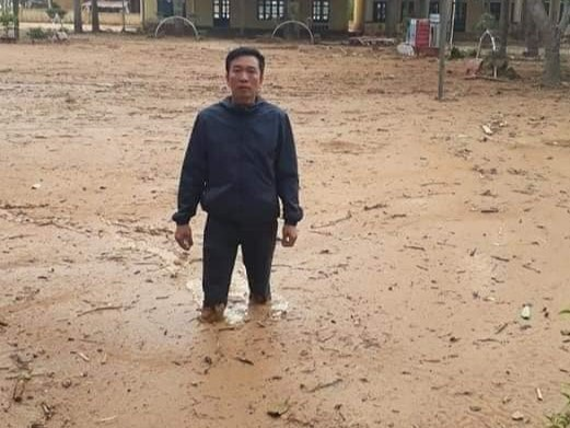 Trường học ngập trong bùn sau bão lũ, thầy cô vất vả dọn hơn nửa tháng - Ảnh 2