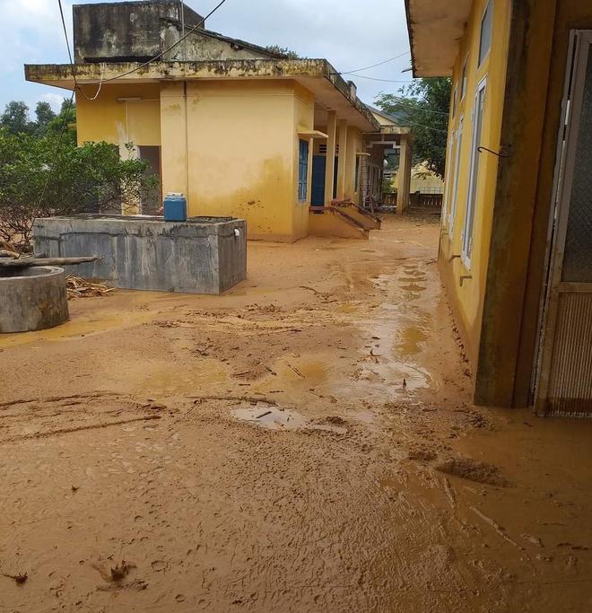 Trường học ngập trong bùn sau bão lũ, thầy cô vất vả dọn hơn nửa tháng - Ảnh 3