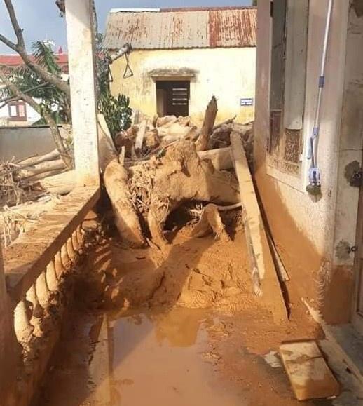 Trường học ngập trong bùn sau bão lũ, thầy cô vất vả dọn hơn nửa tháng - Ảnh 4