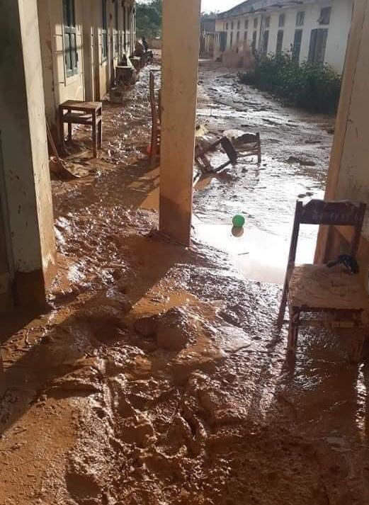 Trường học ngập trong bùn sau bão lũ, thầy cô vất vả dọn hơn nửa tháng - Ảnh 5