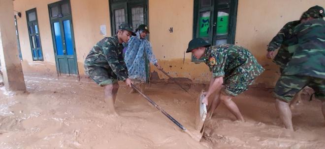 Trường học ngập trong bùn sau bão lũ, thầy cô vất vả dọn hơn nửa tháng - Ảnh 8