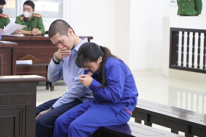 Đề nghị tử hình cha dượng, tù chung thân mẹ ruột bạo hành bé gái 3 tuổi tử vong: Nữ bị cáo quỳ gối xin lỗi - Ảnh 2