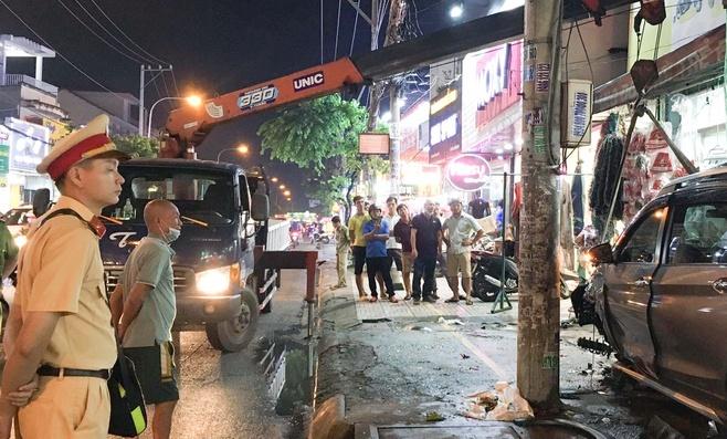 """Tin tức giao thông ngày 21/11/2020: Ô tô """"điên"""" tông loạt xe máy tại TP.HCM, 2 người bị thương - Ảnh 1"""