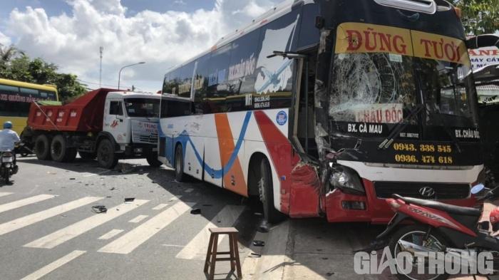 """Tin tức giao thông ngày 21/11/2020: Ô tô """"điên"""" tông loạt xe máy tại TP.HCM, 2 người bị thương - Ảnh 2"""