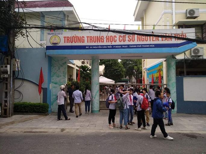 Đình chỉ học 1 tuần nhóm học sinh đánh bạn đến nhập viện ở Thanh Hóa - Ảnh 1