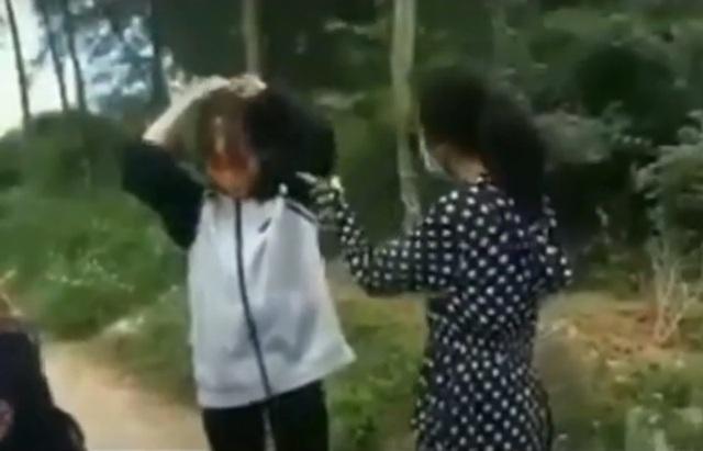 Vụ nữ sinh dùng mũ bảo hiểm đánh bạn ở Thanh Hóa: Trường học có báo cáo gửi sở GD&ĐT - Ảnh 1