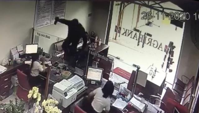 """Vụ cướp ngân hàng ở Đồng Nai: Kẻ bịt mặt xông vào hô to """"Lựu đạn đây, tiền để đâu?"""" - Ảnh 1"""
