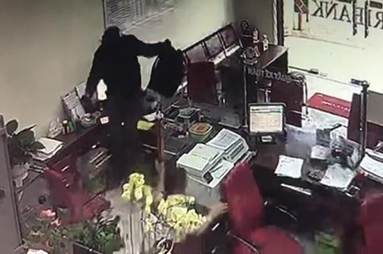 """Vụ cướp ngân hàng ở Đồng Nai: Kẻ bịt mặt xông vào hô to """"Lựu đạn đây, tiền để đâu?"""" - Ảnh 2"""