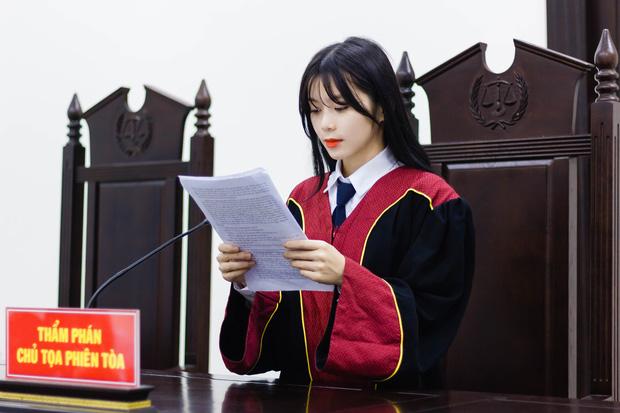 """Nữ sinh 21 tuổi ngồi ghế thẩm phán """"khí chất ngời ngời"""" khiến cộng đồng mạng """"đứng ngồi không yên"""" - Ảnh 1"""