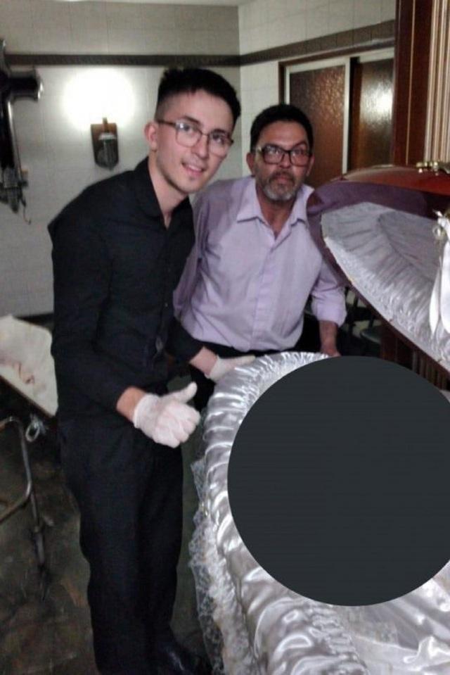 Cảnh sát thu được những gì tại nhà 3 kẻ chụp ảnh bên thi thể của Maradona? - Ảnh 1