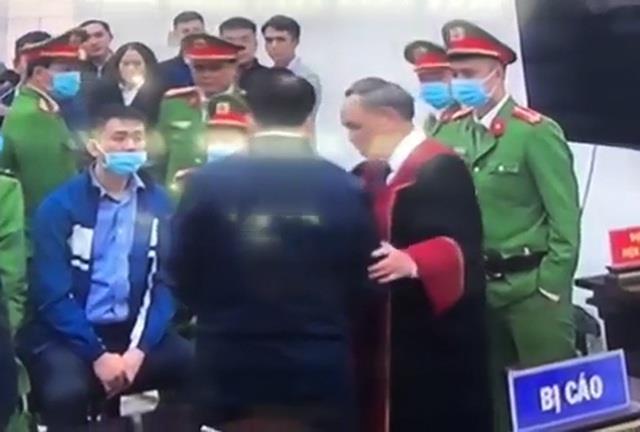 Thẩm phán Trương Việt Toàn nói gì về việc bắt tay bị cáo Nguyễn Đức Chung? - Ảnh 1