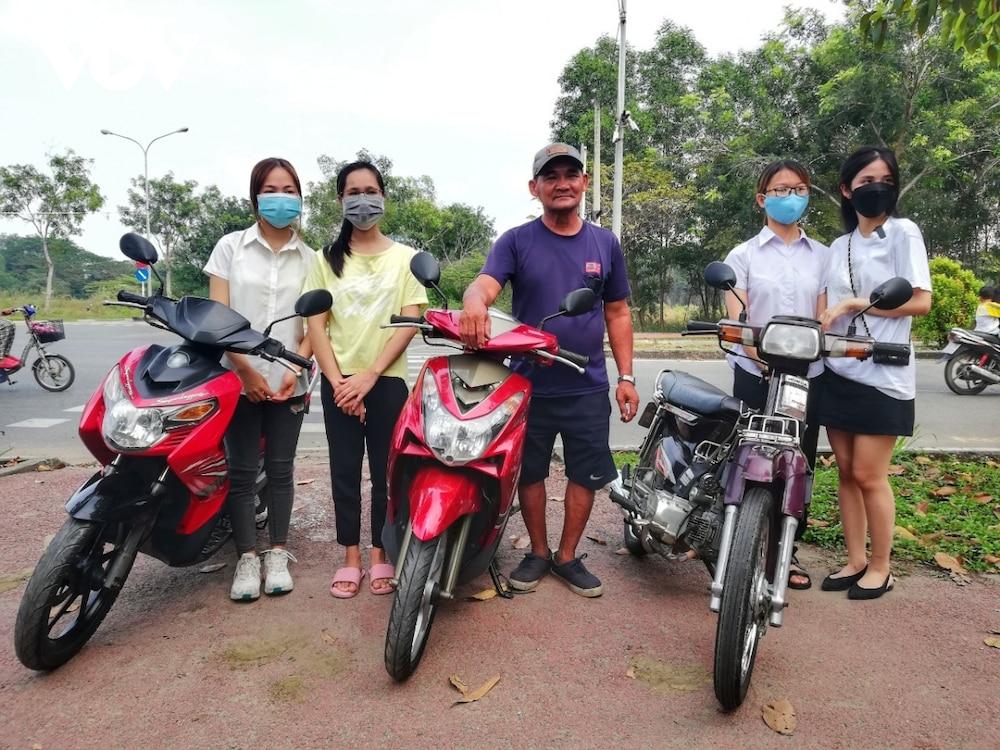 """Chú Minh """"cô đơn"""" dùng tiền được ủng hộ mua xe máy cho sinh viên nghèo - Ảnh 1"""