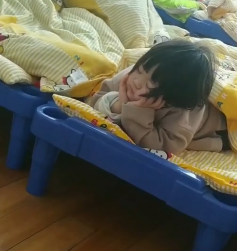 Tưởng học trò không ngủ trưa, cô giáo định đến gần nhắc nhở thì phát hiện điều bất ngờ - Ảnh 1