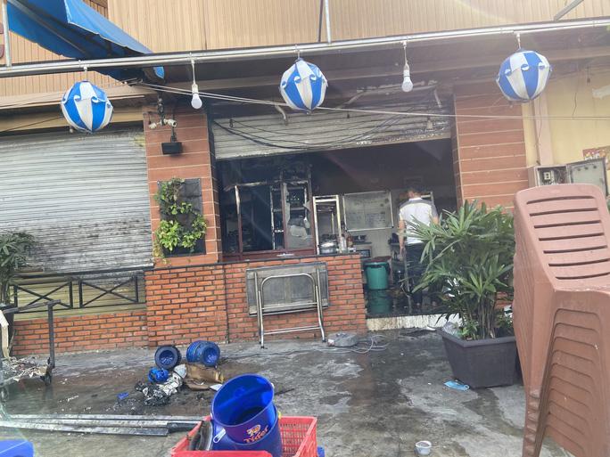Hiện trường vụ nhà hàng hải sản bốc cháy ngùn ngụt sau tiếng nổ lớn - Ảnh 2