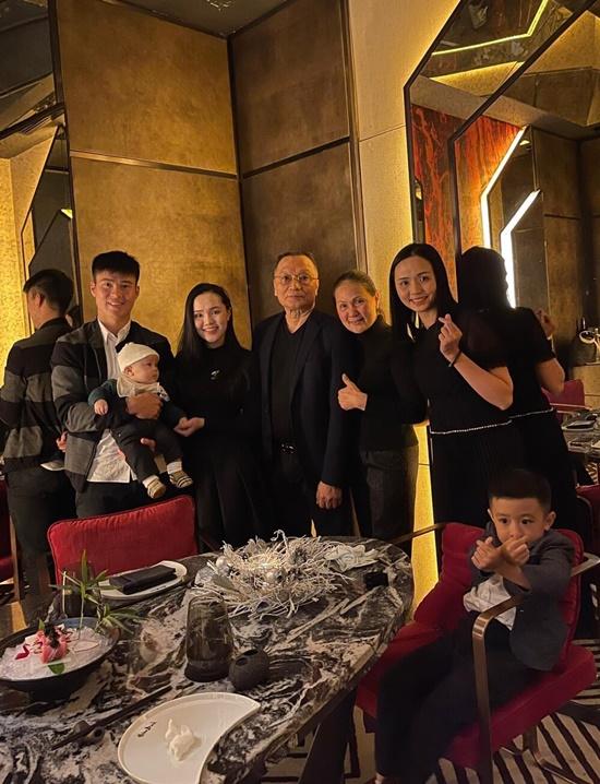 Khoe ảnh đón Noel vắng chồng, vợ Phan Văn Đức khiến dân tình xôn xao - Ảnh 3