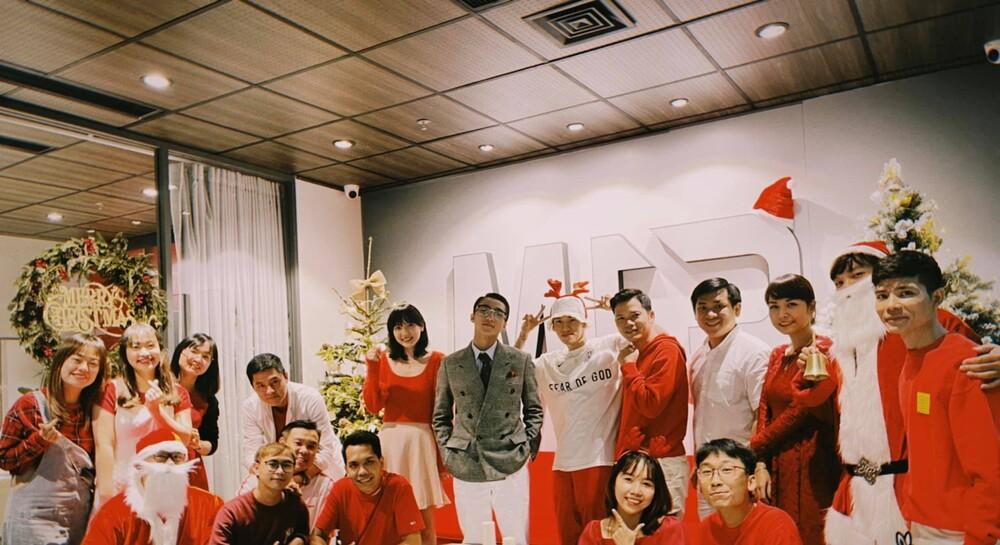 """Sơn Tùng M-TP và Hải Tú cực tình cảm trong lễ Giáng Sinh, Thiều Bảo Trâm có pha xử lý """"đi vào lòng người"""" - Ảnh 1"""