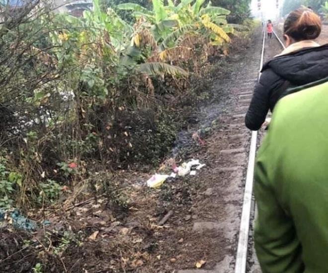 Xót xa phát hiện thi thể bé trai sơ sinh đang phân hủy cạnh đường tàu - Ảnh 1
