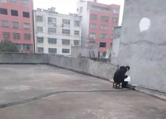 Được nghỉ học do virus corona, cậu học sinh trèo lên sân thượng mỗi buổi sáng và lý do khiến ai cũng nghẹn ngào - Ảnh 2