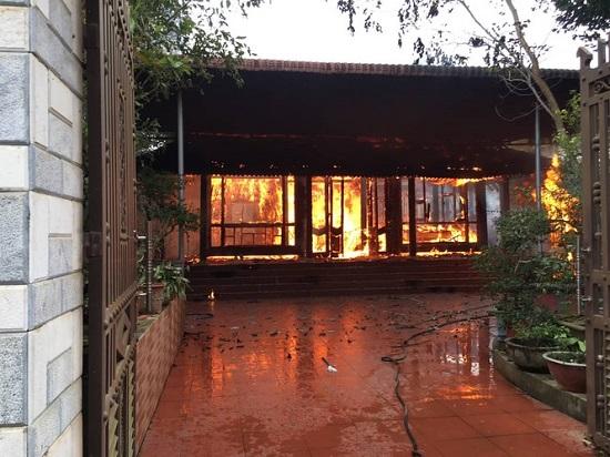 """""""Bà hỏa"""" bất ngờ ghé thăm căn nhà gỗ 3 gian, hàng trăm người tham gia chữa cháy - Ảnh 1"""