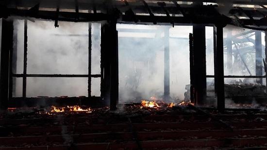 """""""Bà hỏa"""" bất ngờ ghé thăm căn nhà gỗ 3 gian, hàng trăm người tham gia chữa cháy - Ảnh 4"""