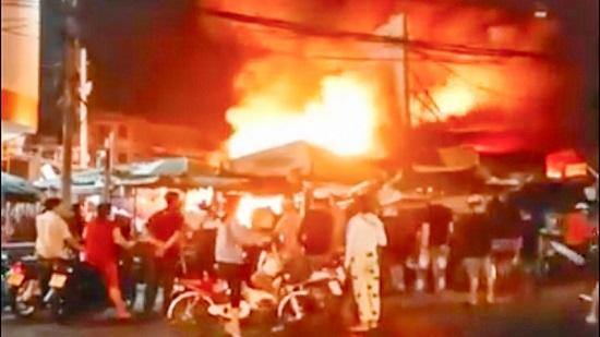 """Kiên Giang: """"Bà hỏa"""" bất ngờ """"ghé thăm"""" chợ Rạch Sỏi, 6 kiot bị thiêu rụi trong đêm - Ảnh 1"""