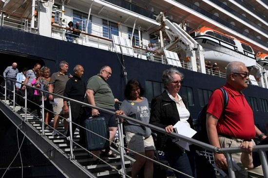 Hành khách trên du thuyền MS Westerdam vừa cập cảng Campuchia nhiễm Covid-19 - Ảnh 1