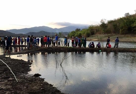 Tìm thấy thi thể nam sinh lớp 10 mất tích khi chèo thuyền chơi trên hồ - Ảnh 1