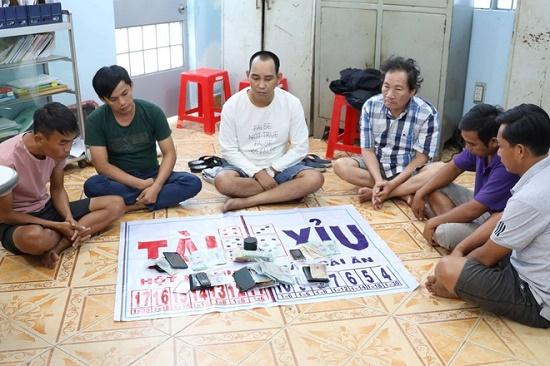 Bắt quả tang nhóm người đánh bạc trong đám tang ở Tây Ninh - Ảnh 1