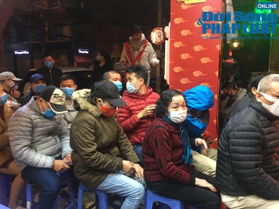 Giữa dịch virus corona, nơi xếp hàng từ 5h sáng chờ mua vàng, nơi vắng bóng khách ngày vía Thần Tài - Ảnh 10