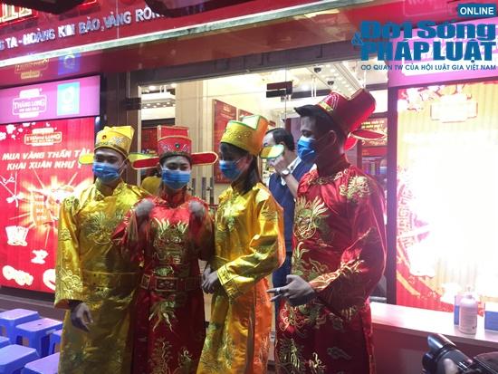 Giữa dịch virus corona, nơi xếp hàng từ 5h sáng chờ mua vàng, nơi vắng bóng khách ngày vía Thần Tài - Ảnh 11