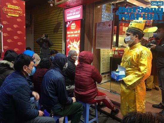 Giữa dịch virus corona, nơi xếp hàng từ 5h sáng chờ mua vàng, nơi vắng bóng khách ngày vía Thần Tài - Ảnh 5