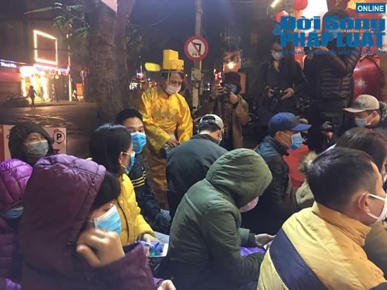 Giữa dịch virus corona, nơi xếp hàng từ 5h sáng chờ mua vàng, nơi vắng bóng khách ngày vía Thần Tài - Ảnh 8