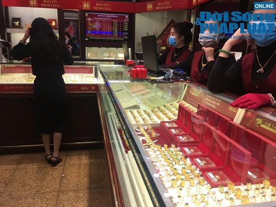 Giữa dịch virus corona, nơi xếp hàng từ 5h sáng chờ mua vàng, nơi vắng bóng khách ngày vía Thần Tài - Ảnh 16