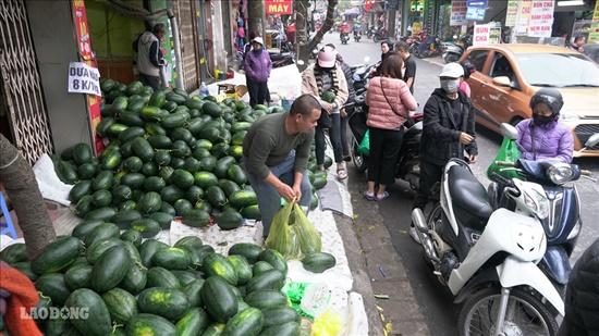 """Người dân Hà Nội chung tay """"giải cứu"""" dưa hấu bị ảnh hưởng vì virus corona - Ảnh 7"""