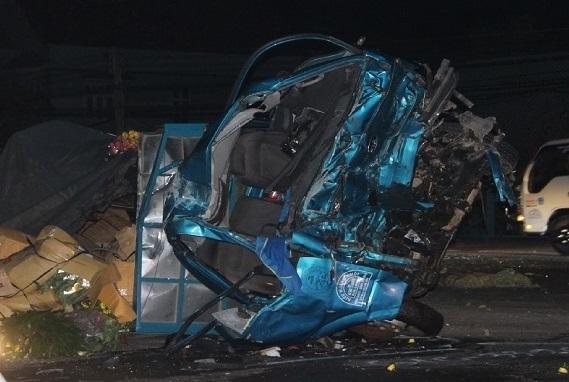Xe khách tông trực diện xe tải lúc rạng sáng, 1 người tử vong - Ảnh 1
