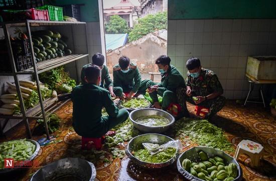 Lạng Sơn: Nhộn nhịp căn bếp ấm tình quân dân tại trại cách ly - Ảnh 1