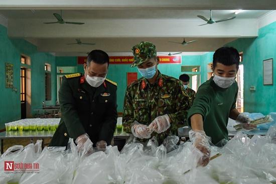Lạng Sơn: Nhộn nhịp căn bếp ấm tình quân dân tại trại cách ly - Ảnh 14