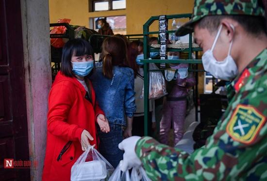 Lạng Sơn: Nhộn nhịp căn bếp ấm tình quân dân tại trại cách ly - Ảnh 16